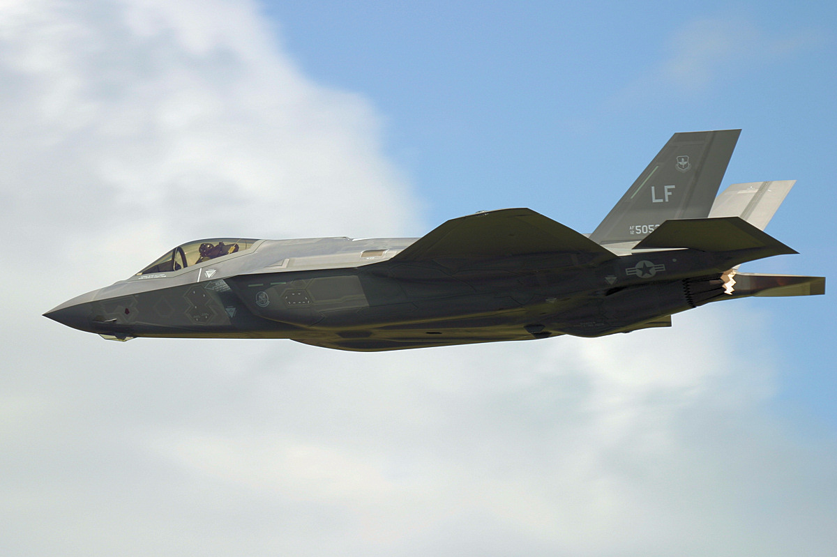 http://www.military-airshows.co.uk/press16/f-35/img_1224.jpg