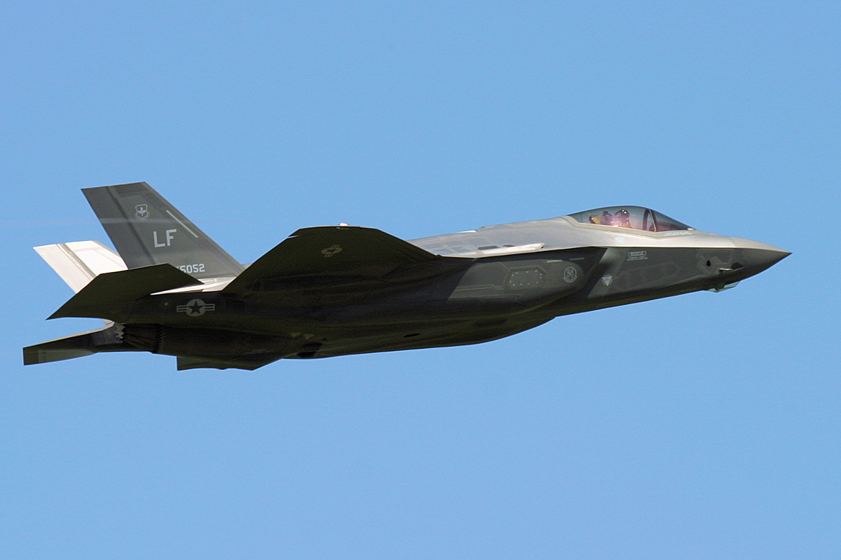 http://www.military-airshows.co.uk/press16/f-35/img_1301.jpg