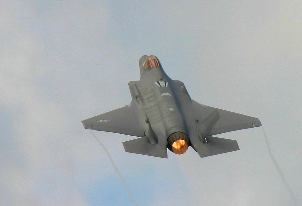 http://www.military-airshows.co.uk/press16/f-35/img_1327.jpg