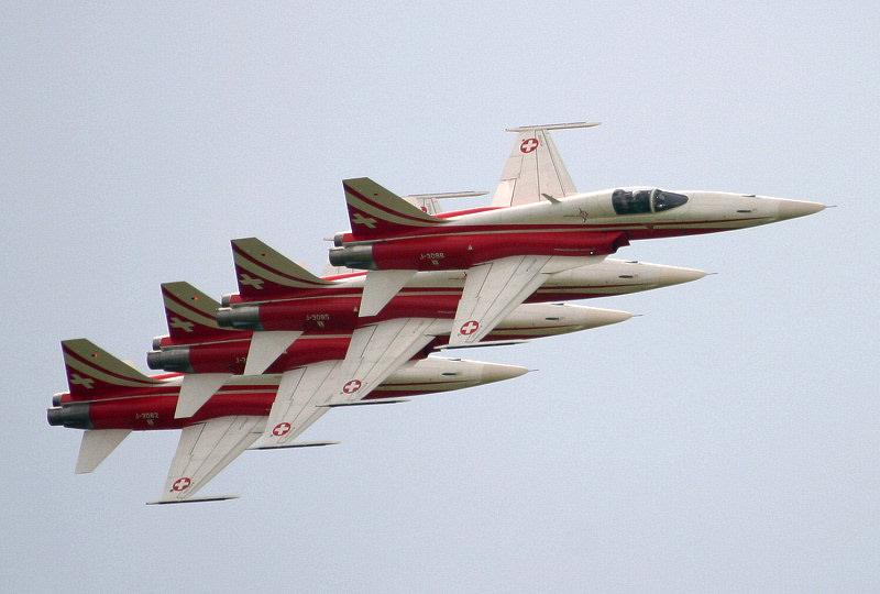 http://www.military-airshows.co.uk/press17/patrouillesuisse.jpg