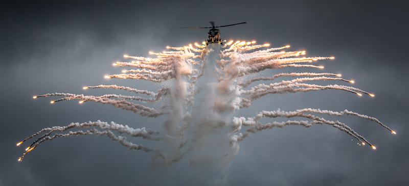 http://www.military-airshows.co.uk/press18/wildcathm2flaresneilatterbury.jpg