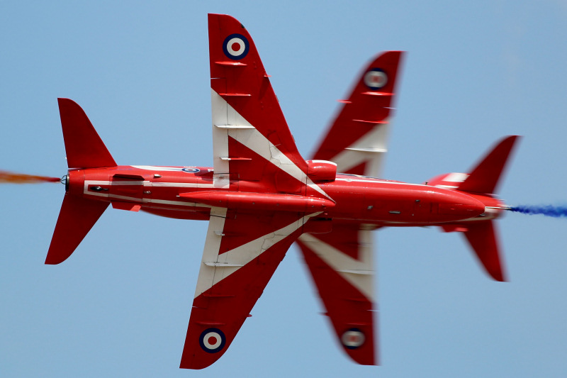 https://www.military-airshows.co.uk/press19/hawksredarrows-pf284med.jpg